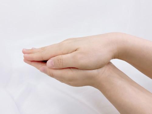 乳液を手のひらで温める画像