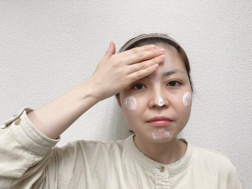 Tゾーン→頬→目元・口元の順でなじませる