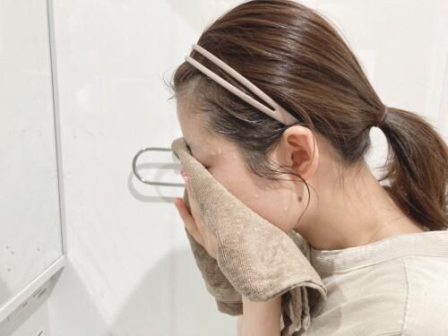 清潔なタオルで水分を優しく拭き取る。