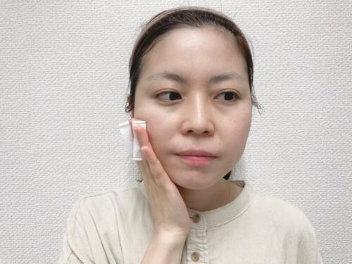 顔の内側から外側に向かって全体に化粧水をのばす。