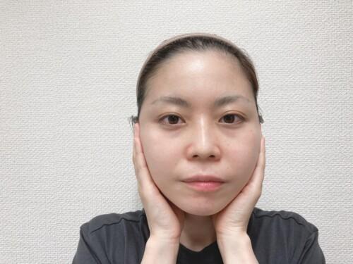 顔の内側から外側に向かって全体に伸ばす