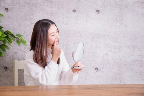 鼻の毛穴を気にする女性