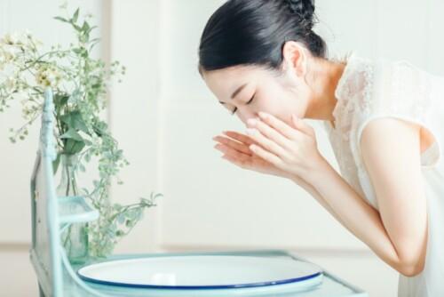 洗顔・スキンケアする女性